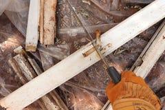 Klippa målat trä med handen såg in i stycken fotografering för bildbyråer