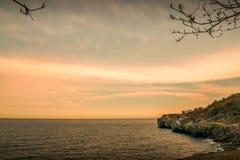 Klippa med det blåa havet på denchung ön i Thailand på solnedgångtiden royaltyfri foto