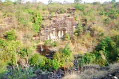 Klippa med vattenfallet Arkivfoto