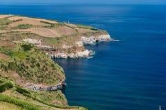 Klippa och hav i azores arkivfoto