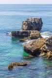 Klippa och hav i Cascais Arkivbilder