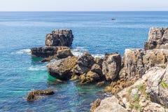 Klippa och hav i Cascais Royaltyfri Bild