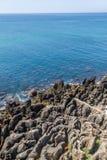 Klippa och hav i Cascais Royaltyfria Bilder