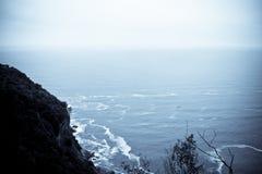 Klippa och havet Arkivfoto