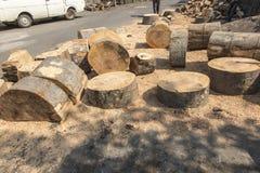 Klippa och hugga av av stora kvarter av trä Royaltyfria Foton