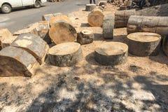 Klippa och hugga av av stora kvarter av trä Arkivbild