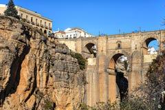 Klippa- och Puente Nuevo bro i Ronda, en av de berömda byarna i Andalusia, Spanien Royaltyfri Fotografi