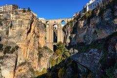 Klippa- och Puente Nuevo bro i Ronda, en av de berömda byarna i Andalusia, Spanien Royaltyfri Foto