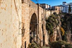 Klippa- och Puente Nuevo bro i Ronda, en av de berömda byarna i Andalusia, Spanien Arkivbild