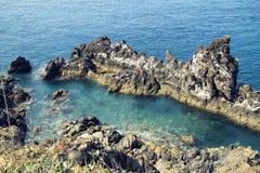 Klippa och stenig kust i den madeira ön Royaltyfria Foton