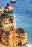 Klippa och strand - Ponta de Piedade, Portugal Fotografering för Bildbyråer