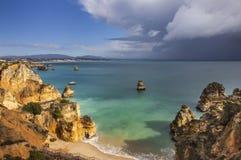 Klippa och strand - Ponta de Piedade, Portugal Royaltyfri Bild