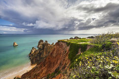 Klippa och strand - Ponta de Piedade, Portugal Arkivfoton