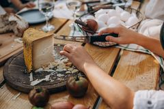 Klippa ost och grönsakträtabellen royaltyfria bilder