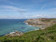 Klippa på den Breton kusten i det keltiska havet Arkivfoton
