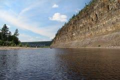 Klippa på den Chulman floden Royaltyfri Foto