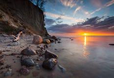 Klippa på havskust på soluppgång Långt exponeringsfoto för baltiskt hav Arkivbilder