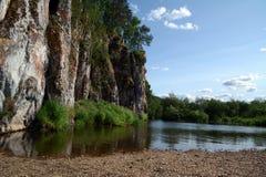 Klippa` Shaitan vaggar ` på kusten av den Chusovaya floden Arkivfoto