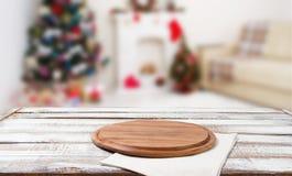 Klippa skrivbordet, den vita servetten på trätabellen på suddig ferieinre, det nya året och jul begrepp, borddukar arkivfoton