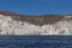 Klippa vid havet i santorini arkivfoto