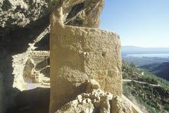 Klippaboningar, circa ANNONSEN 1400 och Roosevelt Lake, Tonto nationell monument, AZ Arkivbild