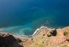 Klippaframsidan av Cabo Girao som sedd raksträcka ner från synvinkel madeira Royaltyfri Fotografi
