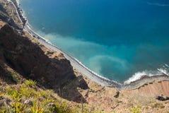 Klippaframsidan av Cabo Girao som sedd raksträcka ner från synvinkel madeira Arkivfoto