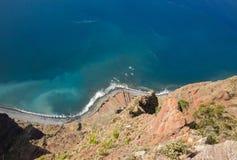 Klippaframsidan av Cabo Girao som sedd raksträcka ner från synvinkel madeira Royaltyfri Bild