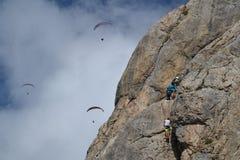 Klippaklättring och paragliding royaltyfri fotografi