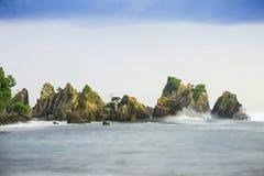 Klippan av det blåa havet Arkivfoto