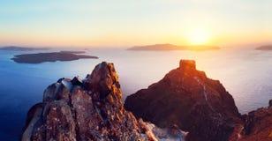 Klippan och vulkaniskt vaggar av den Santorini ön, Grekland arkivfoto