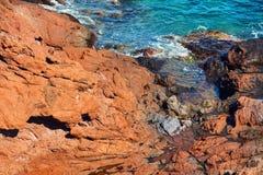 Klippan vaggar och havet Arkivbilder