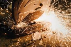 Klippande gnistor för metall för metalldelar Royaltyfria Bilder