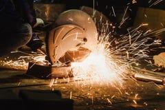 Klippande gnistor för metall för metalldelar Royaltyfri Fotografi