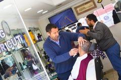 Klippande klient för frisörman på den Istanbul hårsalongen Istanbul Arkivbild
