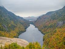 Klippe über unterem Ausable See im Adirondacks Stockfoto