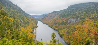 Klippe über unterem Ausable See im Adirondacks Stockbilder