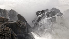 Klippe afer Beeing geschlagen durch große Welle Stockbild