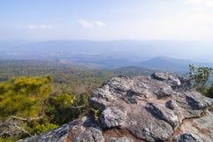 Klippe auf Berg Stockfotografie