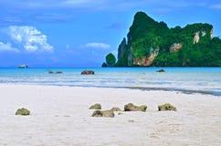 Klippe auf Bucht Loh Dalum bei Phi Phi Island lizenzfreie stockfotografie