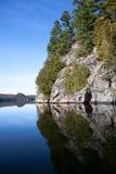 Klippe auf dem See Lizenzfreie Stockfotografie