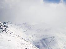 Klippe in den Wolken stockbild