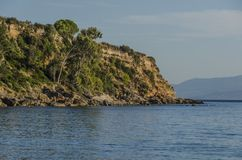 Klippe, die das Gebirgsmeer Ionen auf dem Strand von lourdata kefa bricht stockbild
