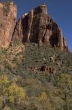 Klippe, die vom Tal steigt stockbild