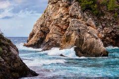 Klippe durch das adriatische Meer Lizenzfreies Stockfoto