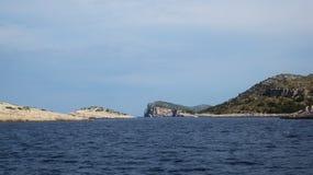 Klippe durch das Meer Lizenzfreie Stockbilder