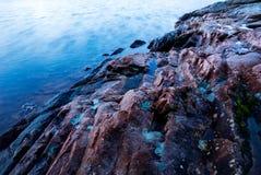 Klippe durch Meer Lizenzfreie Stockfotos