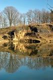 Klippe in einem Teich mit Reflexion Stockfoto
