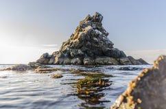 Klippe im Meer Stockfotos
