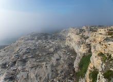 Klippe im Nebel Stockfotos